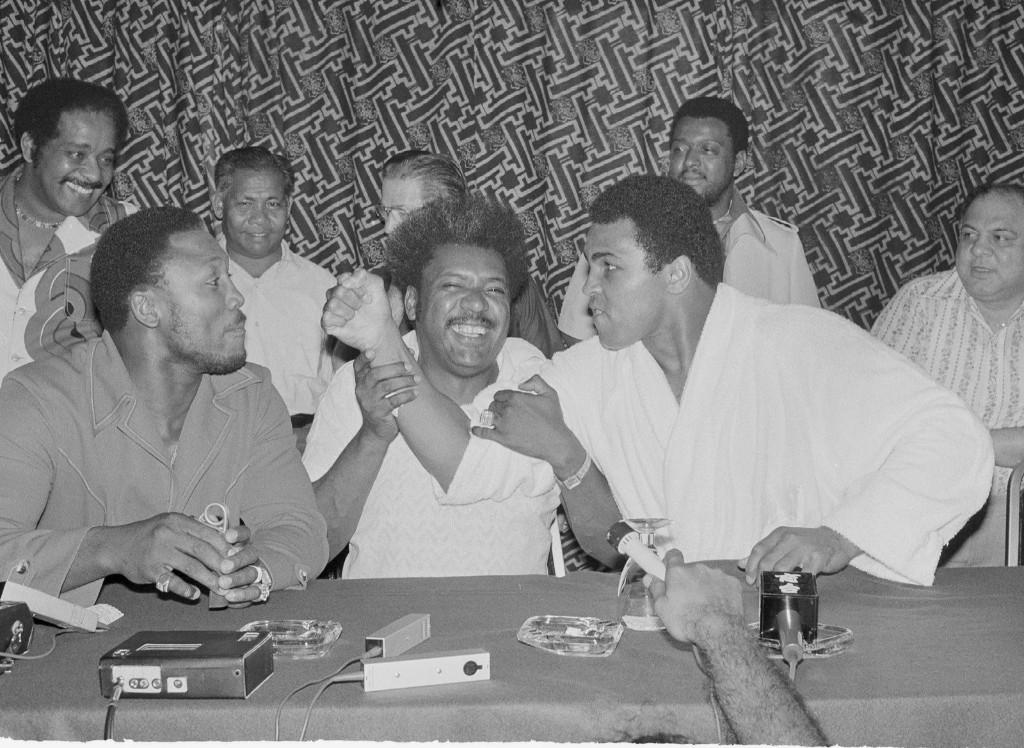 Джо Фрейзер и Мохаммед Али во время пресс-конференции в Куала-Лумпуре