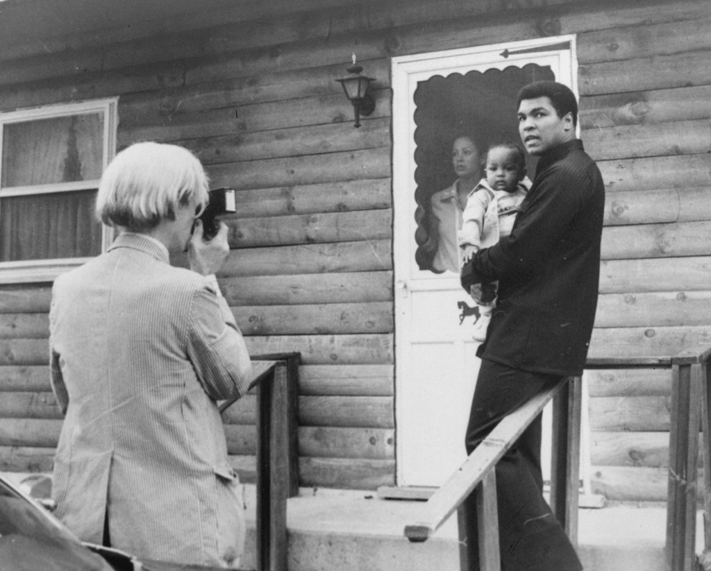 Энди Уорхол снимает Мохаммеда Али с дочерью и женой Вероникой в тренировочном лагере на озере Дир. 18 августа 1977 г