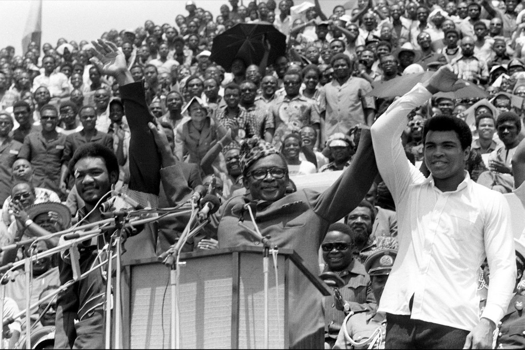 Президент Заира Мобуту Сесе Секо поднимает руки чемпиона в тяжелом весе Джорджа Формана и Мохаммеда Али в Киншасе