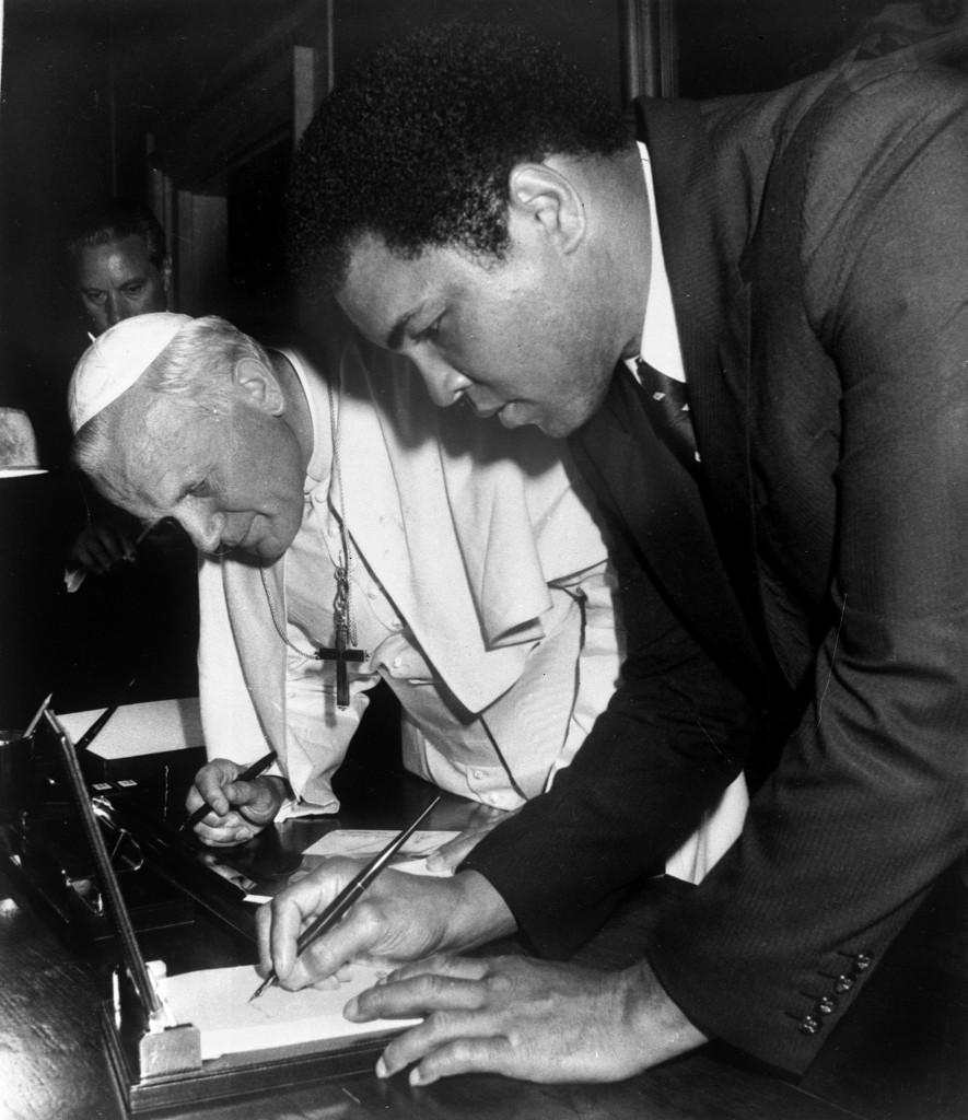 Папа Римский Иоанн Павел II с Мохаммедом Али в Ватикане