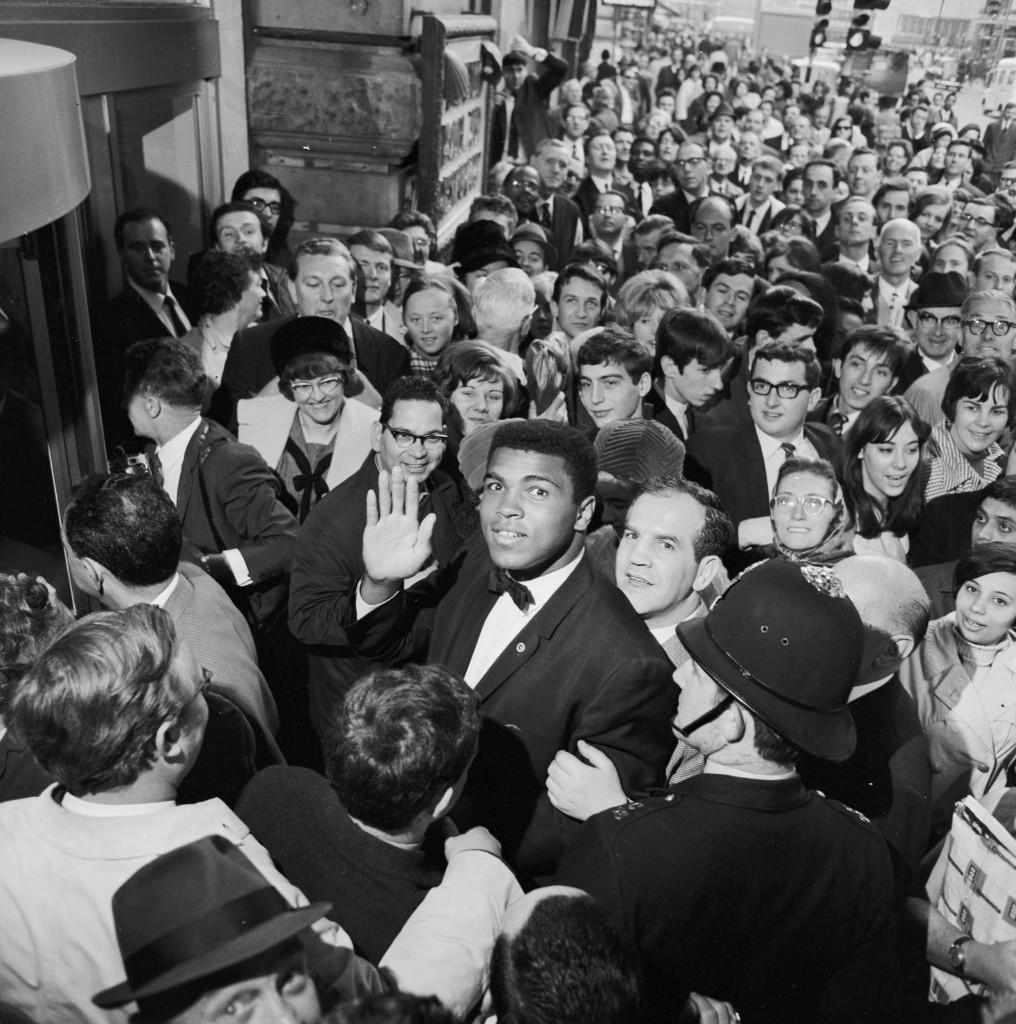Кассиус Клей возле лондонского отеля Уэст-Энд перед боем с Генри Купером, 1966 г