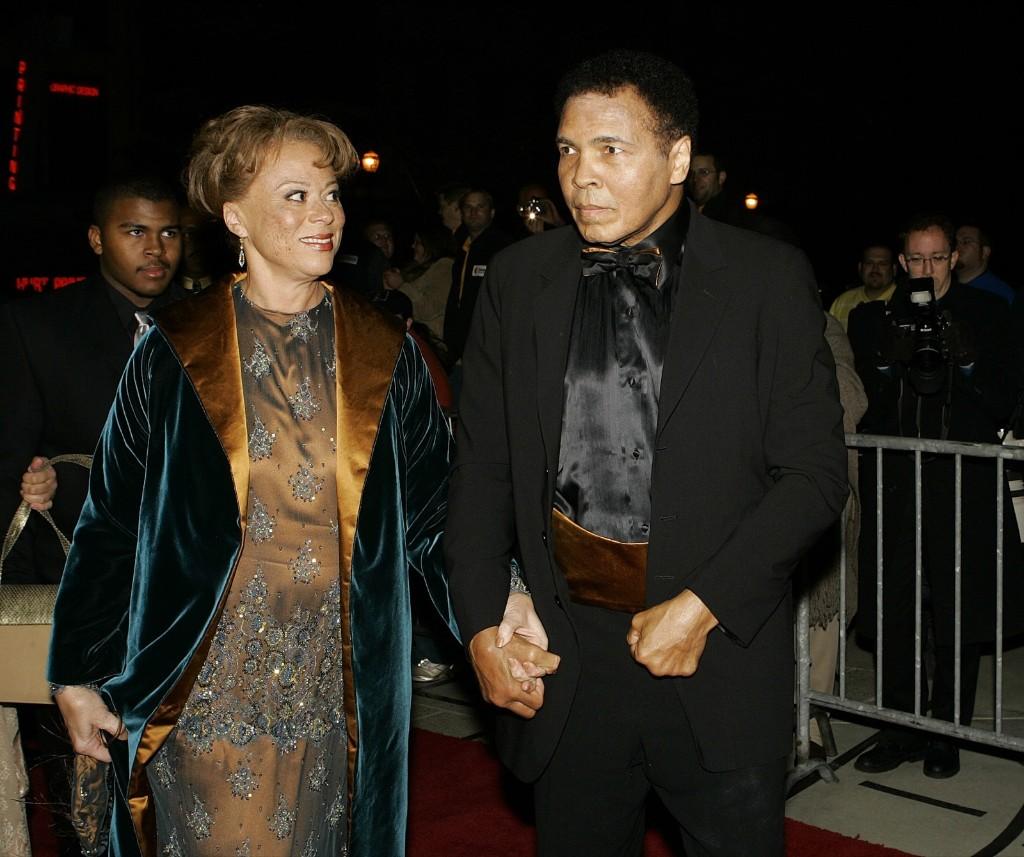 Мохаммед с женой Лонни на входе Центр искусств в Луисвилле