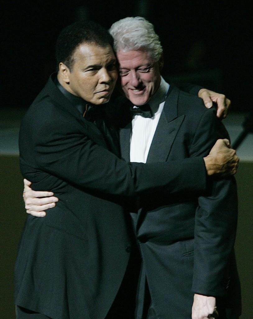Мохаммед Али в обнимку с экс-президентом США Биллом Клинтоном во время торжественного открытия Центра Мохаммеда Али в Луисвилле. 19 ноября 2005 г
