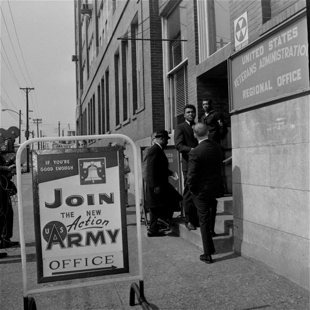 Кассиус Клей у здания ветеранов, 17 марта 1966 г