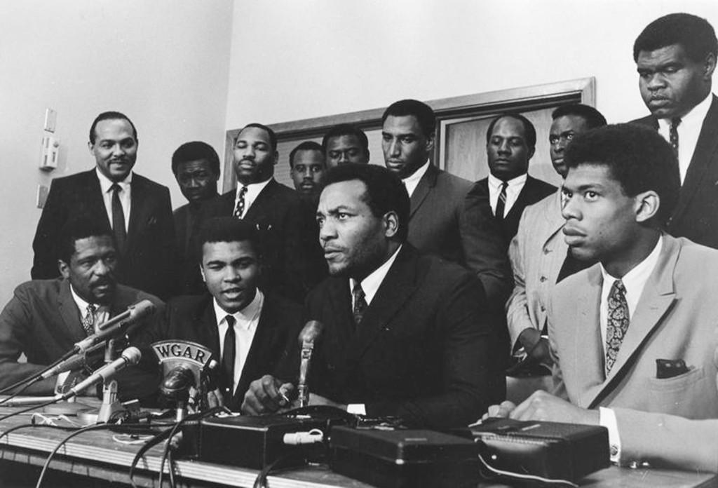 Лучшие афро-американские спортсмены собрались для оказания поддержки Мохаммеду Али, отказавшемуся служить в армии и участия во вьетнамской войне