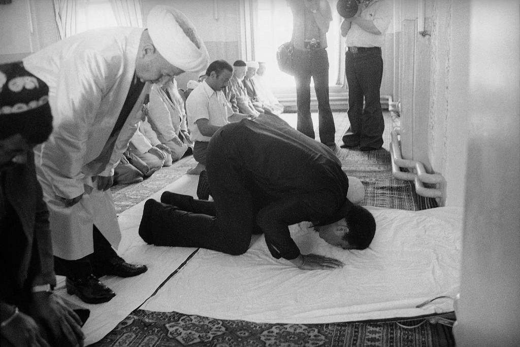 Мохаммед Али на молитве в русской мечети, во время 12-дневного визита в СССР, июнь 1978 г