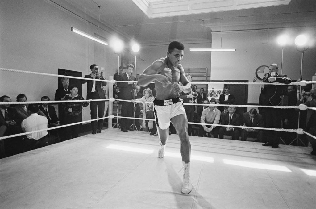 Мохаммед Али тренируется перед боем с Брайаном Лондоном в Лондоне, август 1966 г