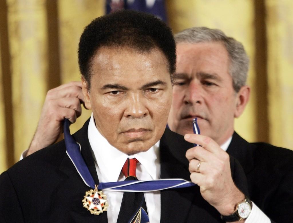 Президент Джордж Буш вручает Мохаммеду Али президентскую медаль Свободы в восточном зале Белого дома. 9 ноября 2005 г.
