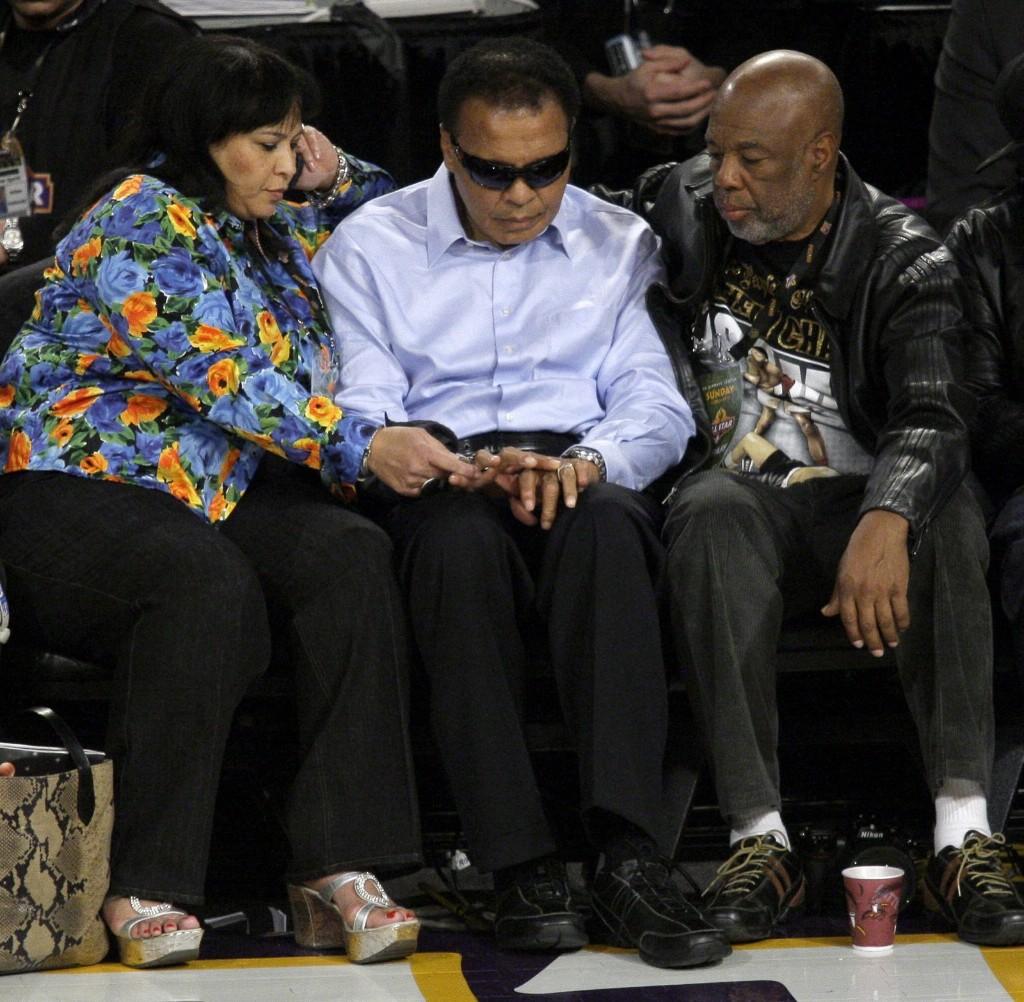 Мохаммед Али на игре NBA All-Star с легендарным фотографом Говардом Бингемом. Феникс, 15 февраля 2009
