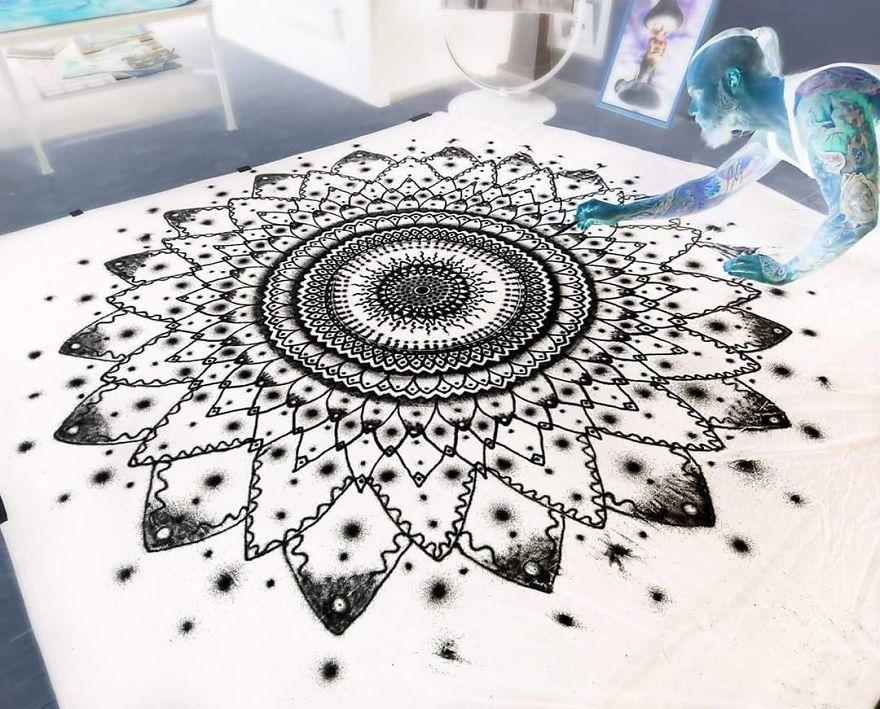 Мандала нарисованная солью, автор Дино Томич