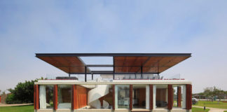 House with rooftop space for entertaining in Peru. Architect Jorge Marsino Prado