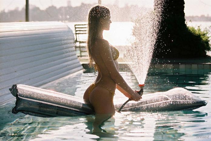 Вита Сидоркина в бассейне для журнала Treats! Magazine